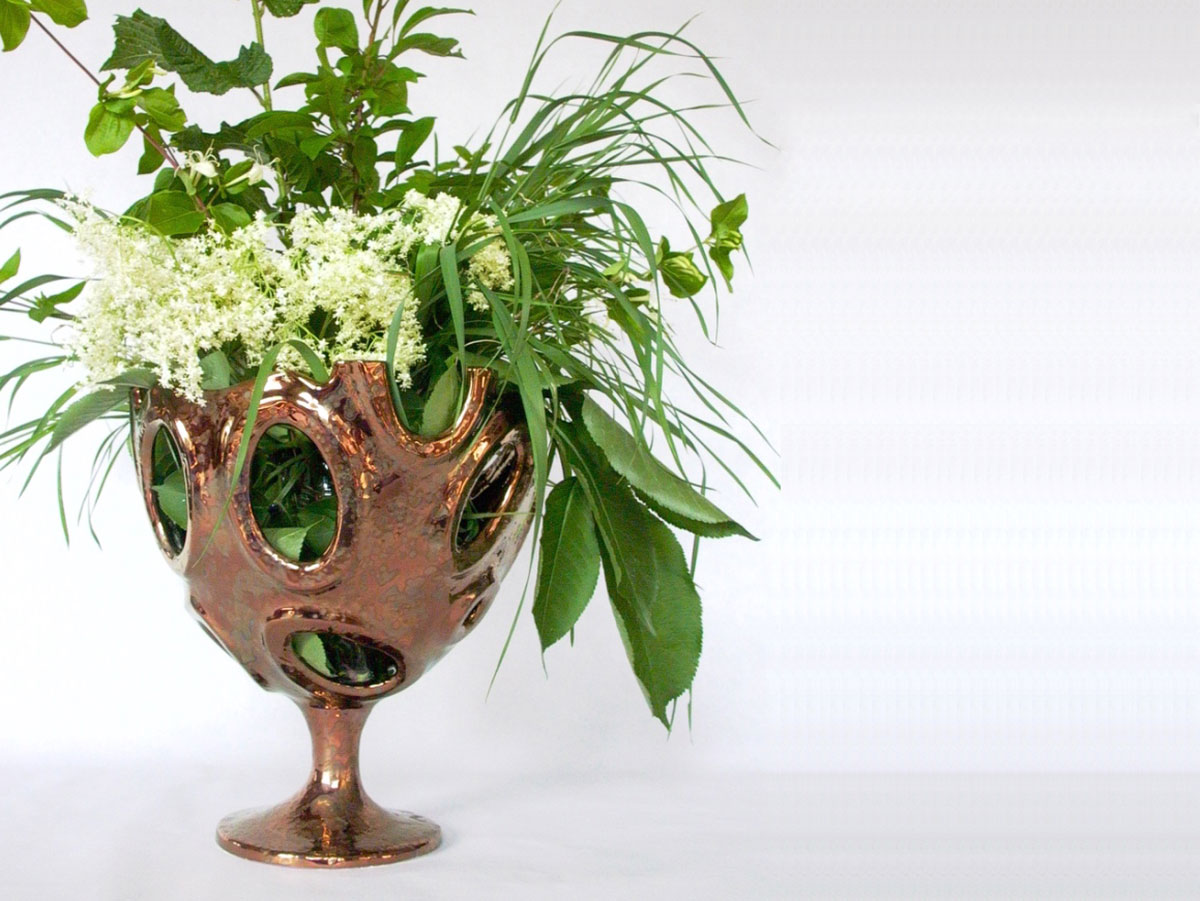 coppa con buchi e fiori